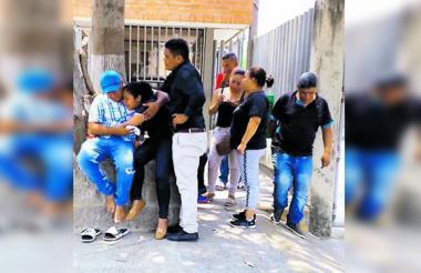 Familiares de la víctima en la puerta de Medicina Legal.