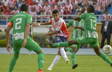Luis Díaz saca un disparo ante la marca de tres defensores de Nacional, en el juego del pasado domingo.