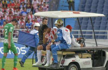 Jefferson Gómez sale adolorido del juego ante Nacional.