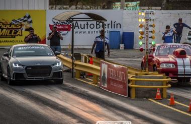 Álvaro Calderón, conduciendo su Audi TTRS (izq.) en la válida cuarto de milla.