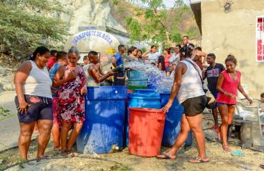 Transporte suministra agua en los barrios de la ciudad de Santa Marta.