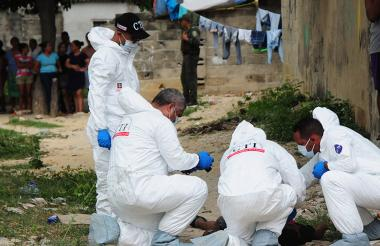 Miembros del CTI de la Fiscalía realizan el levantamiento de un cadáver.