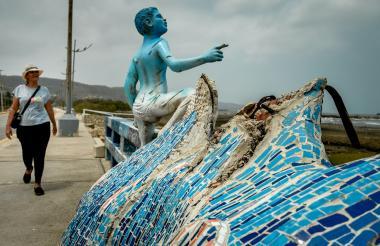 La estatua de la foto es uno de los dos niños azules que se mantienen luego de que el tercero fuera tumbado.