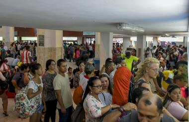 Largas filas se observan en la Terminal Metropolitana de Pasajeros.