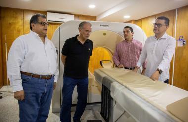 El gerente del Cari, Ulahy Beltrán; el gobernador del Atlántico, Eduardo Verano; el secretario de Salud, Armando De la Hoz y el subgerente administrativo, Iván Franco, en la Unidad Integral de Imagenología.