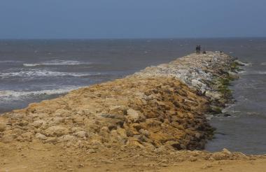 Los espolones se construyen con piedra caliza extraídas de canteras del departamento del Atlántico.