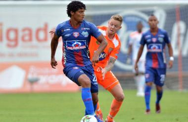 El volante Juan Carlos Pereira (izq.) fue uno de los jugadores fundamentales en la consecución del empate del Unión Magdalena en su visita al Envigado Fútbol Club.