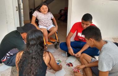 Shirley en compañía de sus hermanos y amigos de infancia en la puerta de su casa en Riohacha.