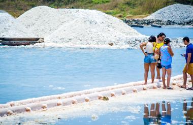 Turistas cerca de las pilas de sal en Galerazamba.