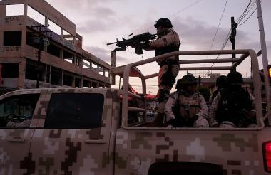 Soldados mexicanos en un camión en Tijuana.