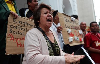 Un grupo de trabajadores de la salud y pacientes protestan frente a la sede de la Cruz Roja Venezolana.