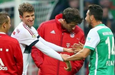 Pizarro saludando a sus excompañeros del Bayern en medio de un partido.