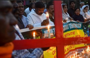Familiares de algunas de las víctimas encienden velas en Lahore honor de las víctimas de los atentados terroristas en Sri Lanka.