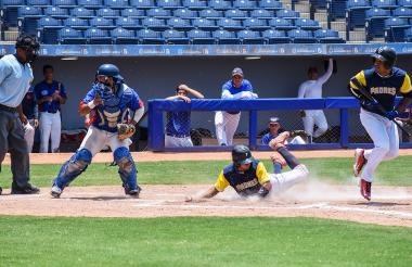Acción del juego entre Padres y Campeche.