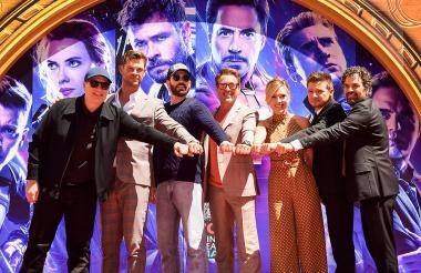 El presidente de Marvel Studios, Kevin Feige; los actores Chris Hemsworth, Chris Evans, Robert Downey Jr., Scarlett Johansson, Mark Ruffalo y Jeremy Renner en el Teatro Chino de Hollywood.