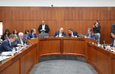 Miembros de la comisión quinta del Senado en un reciente debate de control político.
