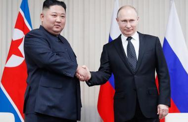 Vladimir Putin con el líder norcoreano, Kim Jong Un.