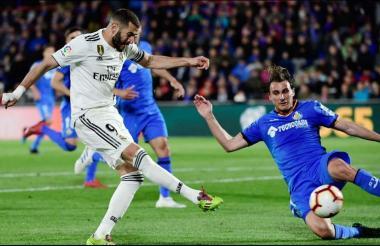 Benzema buscando una opción de gol.