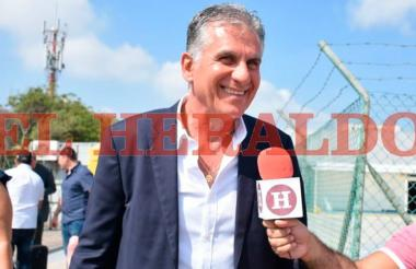 Carlos Queiroz dialogando con EL HERALDO a su llegada a Barranquilla.