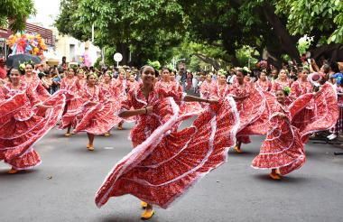 En más de un kilómetro de desfile, 389 parejas, en 21 grupos infantiles, y 690 en 30 juveniles, hicieron el recorrido por la Avenida Simón Bolívar, hasta la glorieta Mi Pedazo de Acordeón.