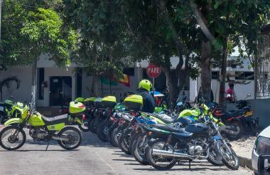 Un grupo de motocicletas de la Policía parqueadas en las afueras de la estación del barrio.