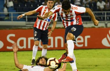 Teófilo Gutiérrez remata ante la marca de Coloccini. Michael Rangel observa.