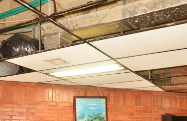 La imagen hace referencia a una de las oficinas que se inundó en la sede de la Gobernación de Sucre.