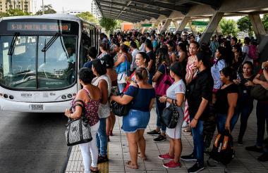 Usuarios de Transmetro en la estación Joe Arroyo.