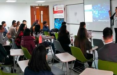 La matemática Valerie Gauthier, en una de sus clases en la Universidad del Rosario.