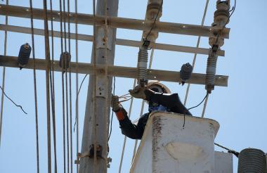 Un contratista de Electricaribe realiza trabajos en las redes de energía.