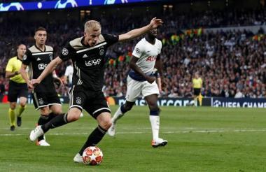 Donny Van de Beek marca el único gol del partido.
