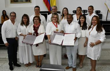 Las homenajeadas Nurys Ruiz Bárcenas y Maryluz Stevenson, en compañía del gobernador Eduardo Verano y diputados del departamento del Atlántico.