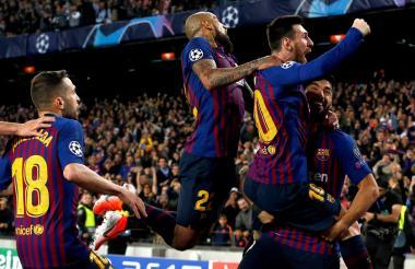 Messi celebra con Suárez y Arturo Vidal.