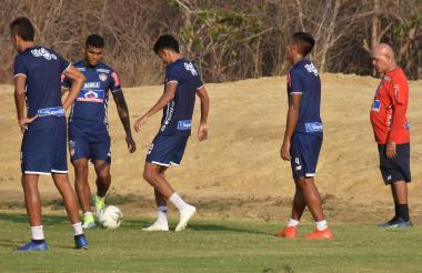 Rafael Pérez intenta controlar el balón ante la mirada de Luis Díaz y David Murillo.