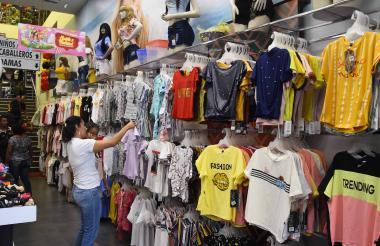 Compradores en un almacén de vestuario en el centro de Barranquilla.