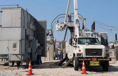 Un camión hace arreglos dentro de una subestación.