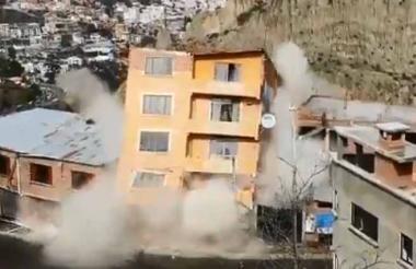 Momento en el que se desploma un edificio.
