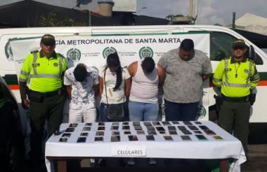 Los capturados con los celulares que tenían en su poder.