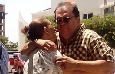 Dos familiares de José Guillermo Hernández se abrazan tras conocerse la noticia sobre su asesinato en Brasil.