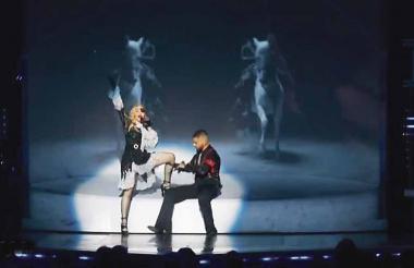 Maluma retira una liga de la pierna de la 'Reina del Pop', Madonna.
