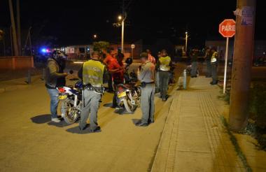La policía realiza operativos debido a la masacre en Montería.