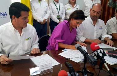 De izq a der: el presidente de Ecopetrol, Felipe Bayón; la ministra de Transporte, Ángela María Orozco, y el director de Cormagdalena, Pedro Pablo Jurado.