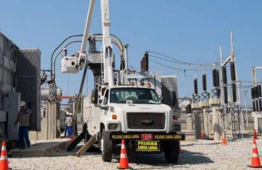 Un camión trabaja en la Subestación El Río, donde este domingo se hará un mantenimiento.