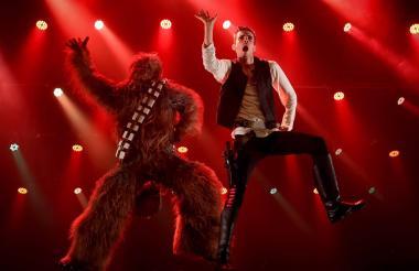 Chewbacca y Han Solo en The Empire Strips Back, una parodia burlesque de Star Wars.