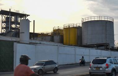Vehículos y motociclistas transitan por la vía aledaña a una de las industrias aceiteras, ubicada sobre la Vía 40.