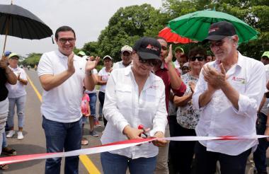 Mercedes Muñoz, secretaria de Infraestructura, junto al gobernador del Atlántico, Eduardo Verano, durante la entrega de la vía.