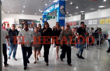 Acompañada de varios familiares, la exreina María Mónica Urbina arribó a Valledupar para la velación y sepelio de su esposo José Guillermo Hernández, asesinado en Brasil durante un atraco.