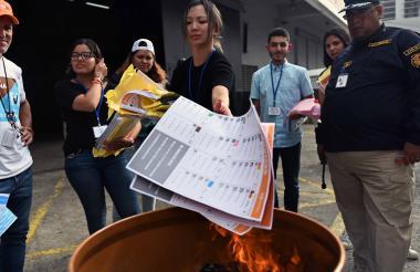 Tribunal Electoral quema papeletas restantes.