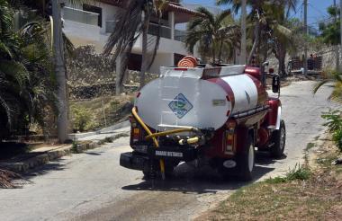 Carrotanque se moviliza dentro de la urbanización Barranquilla Sport para llevar agua a los vecinos.