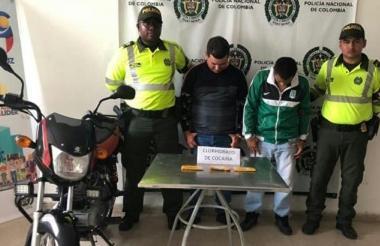 Los dos capturados con la droga que les fue incautada.